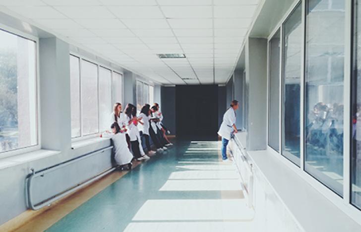 Medizinisch geschulte Mitarbeiter für die Allgemeinheit